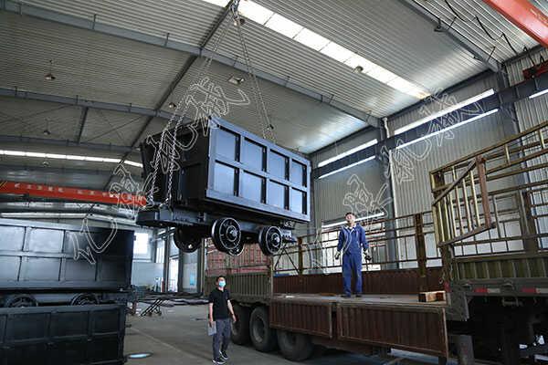 集團一批側卸式礦車發往重慶